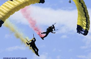 US Navy Seals Leap Frogs Parachute Team