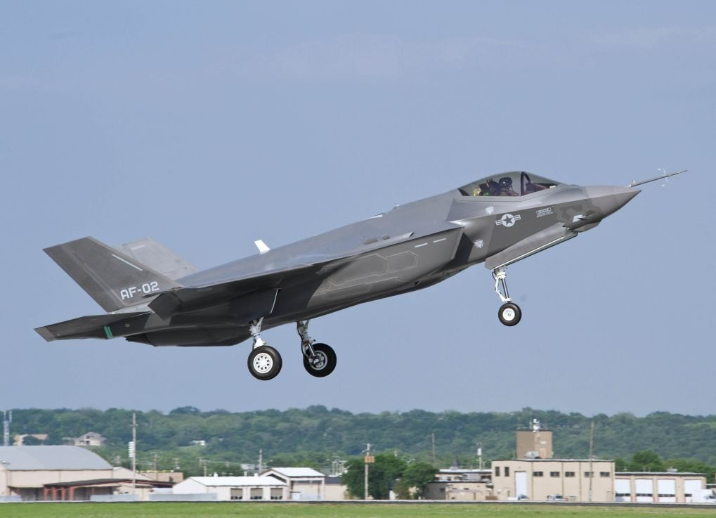 Italian navy, air force officials visit F-35 training wing