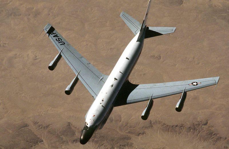 Russian fighter flies dangerously clos...