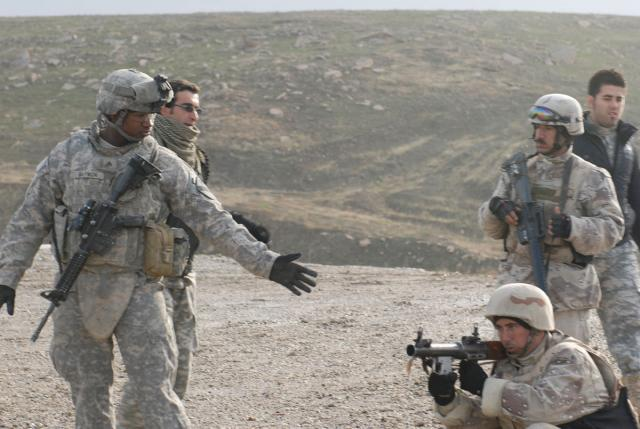 US Soldiers teach Iraqi Army proper am...