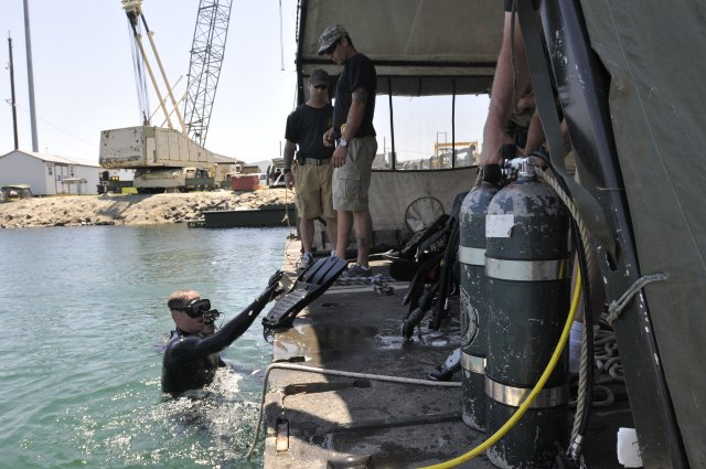 Army engineer divers conduct annual tr...