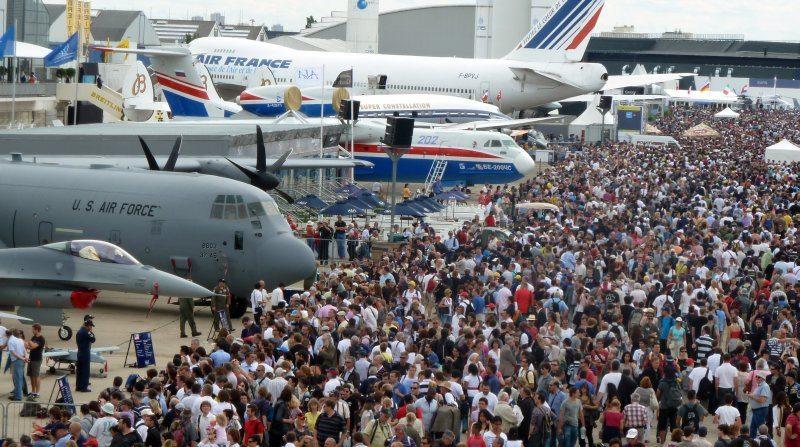 Thousands admire U.S. aircraft at Pari...