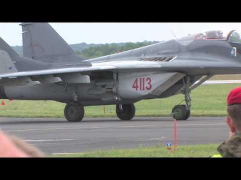 F-16 vs. MiG-29 fighter jet dogfight – Dęblin 2010 – HD