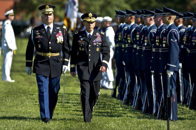 Petraeus garners praise at retirement ...