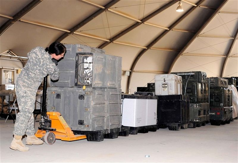 US Soldiers in Iraq Pack Gear for Depa...