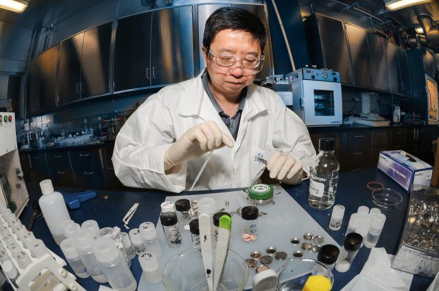 Army Scientists Energize Battery Resea...