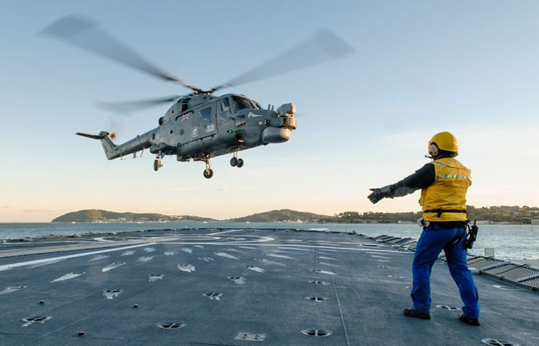 Royal Navy Lynx joins French frigate f...