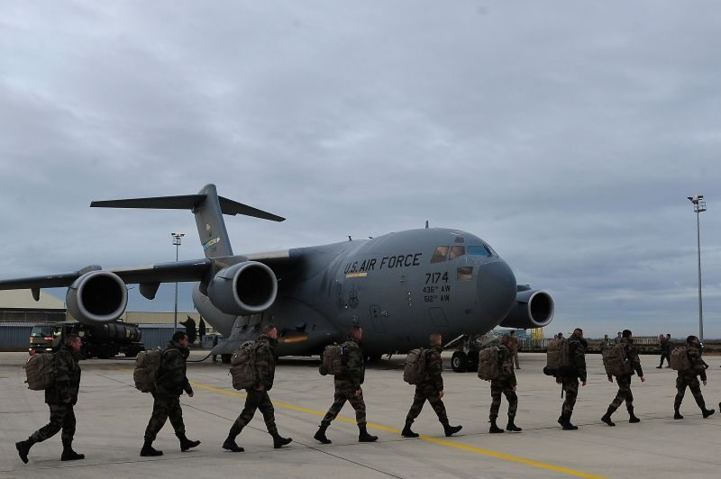US planes deliver French troops to Mal...